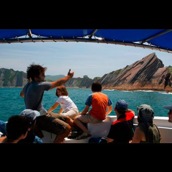 Geoparkea la ruta del flysch en barco por el flysch for Oficina turismo zumaia